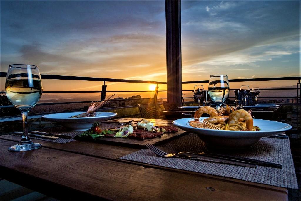 «Μπαλκόνι στις Κυκλάδες», πιάτα που μοσχοβολούν Ελλάδα με μαγευτική θέαΑθήνας!