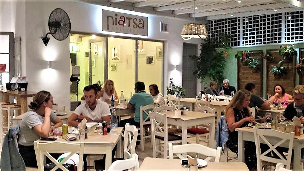 «…και στην Νάουσα της Πάρου πάνε βγάλε με…» για το εστιατόριοΠiatsa