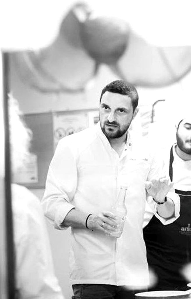 Δημήτρης Κουλλιάς: «Η μαγειρική είναι ανεξάντλητη, είναι η τέχνη που παράγεται παντού και αποτελεί προνόμιο πολιτισμού»